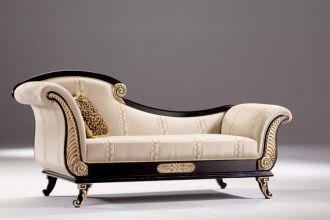 Piękny kształt, elegancka tkanina i rzeźbienia pokryte płatkami złota - taki jest pomysł firmy Tecni Nova na szezlong. ESTILO