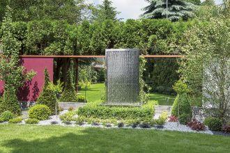 Projektantka tego ogrodu naprawiała zieleń zniszczoną w czasie remontu domu: zbudowała wodospad, dosadziła zimozielone krzewy