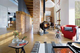 Przepis na soft loft. Szare ściany i fragmenty czerwonego muru, a do tego dużo ciepłego drewna.