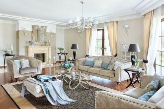 Ściany pomalowane farbą ceramiczną, odbijają światło, błyszczą też welurowe obicia mebli i jedwabny dywan. Stoliki
