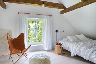 sypialnia na poddaszu z belkami