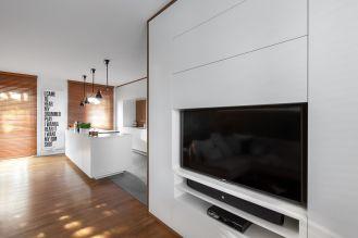 W mieszkaniu dominują biel i szarości oraz nowoczesne meble.