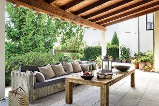 W ogrodzie po jedzeniu, podobnie jak w domu, można sie przenieść do salonu z leżankami, kanapą i kominkiem.