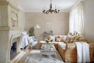 W salonie rustykalne meble, kanapa obita miodowym welurem, gobelinowe poduszki i kobiece dodatki.