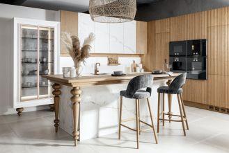 biała kuchnia z drewnem
