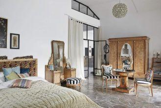 piękna sypialnia z antykami w stylu eklektycznym