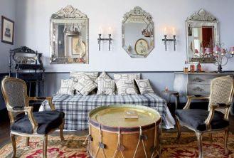 W sypialni Niebieskiej najbardziej oryginalnym meblem jest stolik zrobiony ze starego bębna.