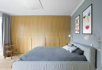szara sypialnia z drewnem
