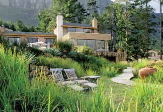 Dom inspirowany architekturą Franka Lloyda Wrighta przytulił się do masywnych skał Góry Stołowej, z przodu zaś ma taras z