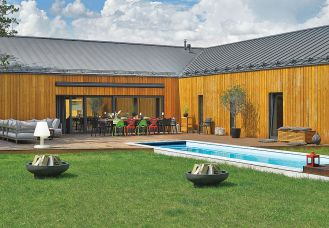Dom jest nowoczesny, ale idealnie wtopiony w przyrodę.