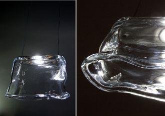 Wykonana tradycyjną metodą hutniczą - szkło ręcznie formowane, rwane, wystrzygane.