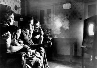 Wieczór przed telewizorem. Pierwszy program telewizyjny został wyświetlony w Nowym Jorku w 1946 roku.