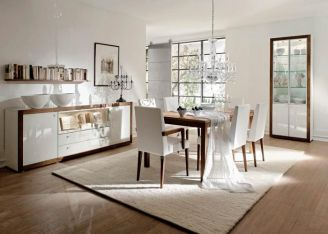 Klasyczny drewniany stół i krzesła od firmy Huelsta. W komplecie komoda i witryna z kolekcji Xelo. ASYMETRIA STUDIO