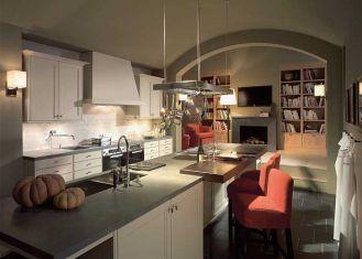 Centralnym punktem w tej kuchni firmy SieMatic jest długa wyspa. Wydzielony blat z ciemnego orzecha to idealne miejsce na