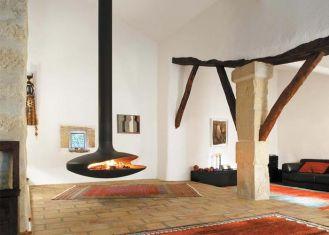 Do surowego, minimalistycznego wnętrza pasuje podwieszany kominek Gyrofocus - sztandarowy model firmy Focus. Zaprojektował go