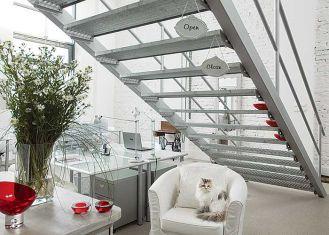 Na piętro prowadzą metalowe schody. Loft w dawnej fabryce