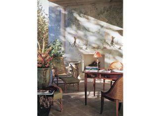 Tworzy go biurko z kolekcji Ateliers (12 500 zł) oraz fotele z oparciami z rafii (3000 zł). Obok biurka