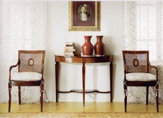 Oparcie z rafii nadaje krzesłom kolonialny styl. Cena - 2620 zł. Stolik kosztuje 3570 zł. Do wyboru kolory: złoty,