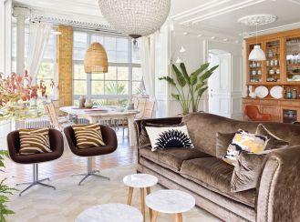 Zwróć uwagę na materiały- brązowa kanapa staje się ekstrawagancka, gdy obicie wpada w połysk.