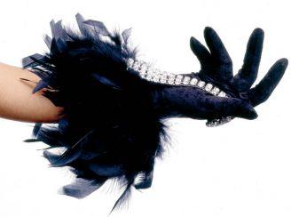 Zmysłowo - długa czarna rękawiczka z piórami i brylanty.