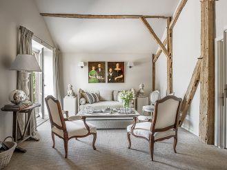 salon w stylu rustykalnym z antykami