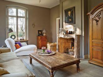 Kominek w salonie: miejsce relaksu. Nowa rezydencja w starym stylu