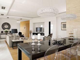 Krzesła Ghosty Philippe a Starca miały być czarne, ale przezroczyste lepiej pasowały do żyrandoli nad stołem.