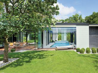 Ogrody - zimowy, parkowy i leśny - przenikające przez ściany projektowała Irena Olecka.