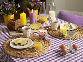 Wiosenne śniadanie ze świecami zapachowymi Bolsius.