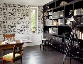 Dizajnerska tapeta Tema e variazoni firmy Cole Son i oryginalne biedermeierowskie fotele w towarzystwie