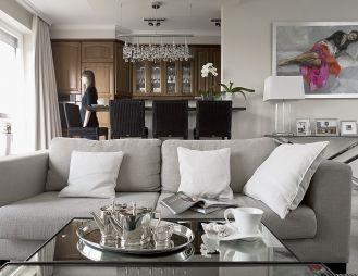 Klasyczne meble: lustrzane stoliki i dywany od firmy Cantori oraz polska kanapa.