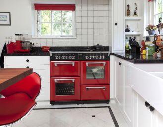 Kuchnia z czerwonymi akcentami, np. wielofunkcyjną kuchenką od Stoves.