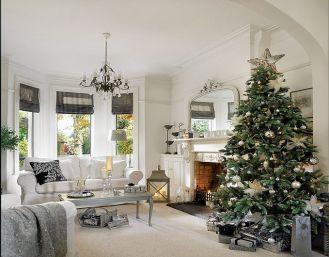Urządzony niedrogimi meblami: sofa, fotele, stoły są z IKEA, lustro TK Maxx. Jedyny luksus to zasłony od Laury Ashley.