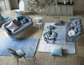 Jednokolorowy krótko strzyżony dywan wygląda nowocześnie i przytulnie.