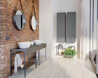 łazienka ze ścianą z czerwonej cegły