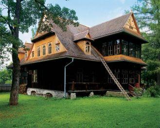 Ornak to willa w stylu zakopiańskim, która imponuje wielkością, jednocześnie wydaje się niesłychanie lekka.