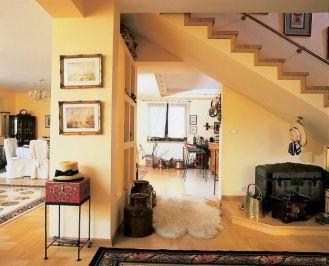 Pod schodami została stworzona przestrzeń specjalnie dla bibelotów.
