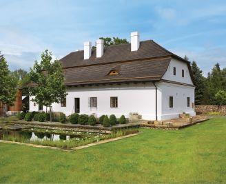 dwustuletni dom urządzony nowymi meblami