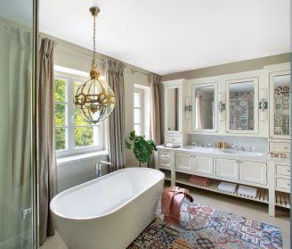 biała łazienka styl klasyczny nowoczesny