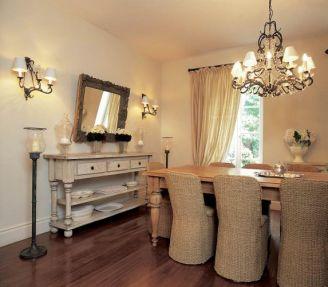 Wiklinowe krzesła świetnie się komponują z drewnianym stołem.