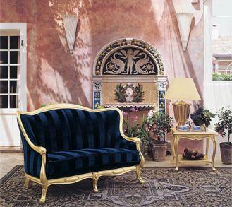 Rama dwuosobowej sofy Glamour (11 900 zł) jest pokryta złotą folią. TONIN CASA
