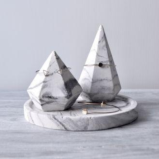 stojak na biżuterię z betonu