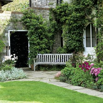 Ogród pełen kolorowych tulipanów