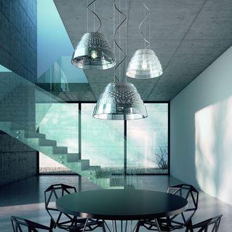 Minimalistyczny hol we wspólnej przestrzeni z salonem i klatką schodową, którego przestrzeń wypełniają powieszone na