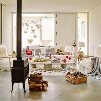 Wnętrza urządzone w stylu skandynawskim, na co dzień utrzymane w chłodnych odcieniach bieli i szarości,