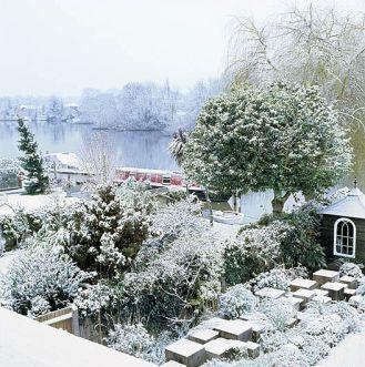 Ogród i rzeka skryte pod śniegiem. Niesamowity widok!