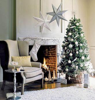Elegancko i minimalistycznie. Kominek w świątecznej oprawie