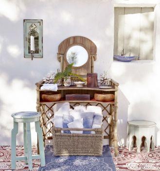 Toaletka z wikliny to propozycja od ZaraHome. Latem może być także ciekawym elementem dekoracyjnym tarasu.
