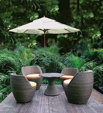 Ogrodowa kolekcja Vase: fotele i stolik zrobiono z ratanu, poduszki są wodoodporne. Po złożeniu mebli