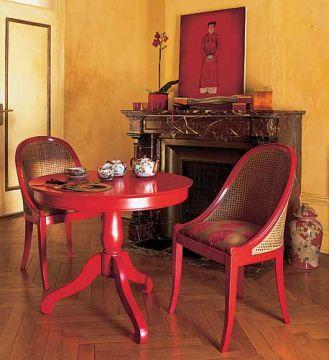 Stolik i krzesła w stylu japońskim. Do tego zielona herbata w porcelanowych czajniczkach i podwieczorek gotowy.